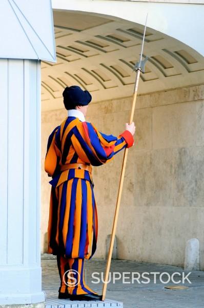 Stock Photo: 3153-863003 guardia svizzera, preparativi per l´evento di beatificazione di papa giovanni paolo II, roma 29 aprile 2011. swiss guard, Preparations for the event for the beatification of Pope John Paul II, Rome April 29, 2011
