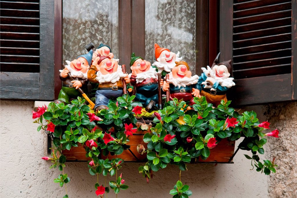Stock Photo: 3153-863489 sette nani sul davanzale. Seven Dwarfs on the windowsill