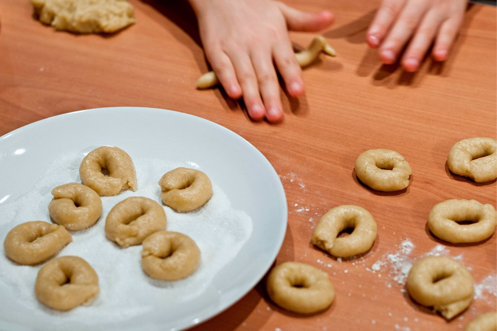 mani di bambina che prepara i biscotti. hands of a little girl preparing cookies : Stock Photo