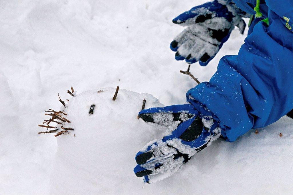Stock Photo: 3153-867330 bambina che fa un pupazzo di neve. girl making a snowman