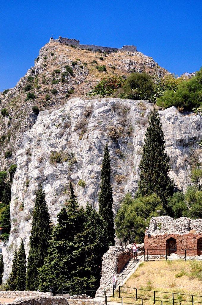 Stock Photo: 3153-869052 teatro greco e castello arabo_normanno, castello di monte tauro, taormina, sicilia, italia. greek theater and the Arab_Norman castle of Monte Tauro, Taormina, Sicily, Italy