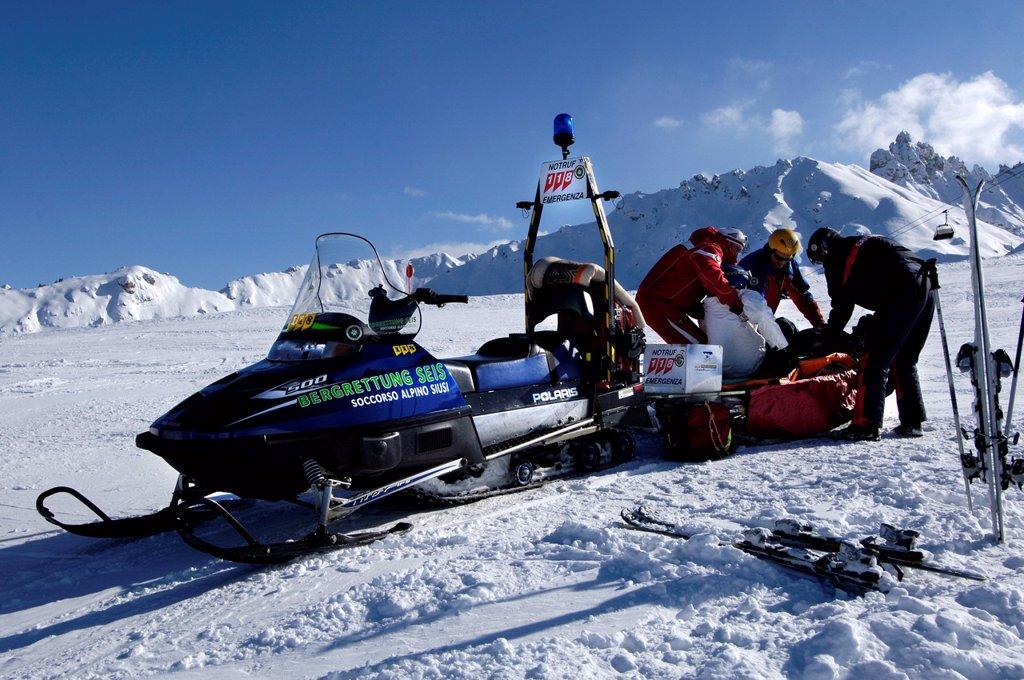 Stock Photo: 3153-871055 soccorso con motoslitta, alpe di siusi, alto adige. seiser alm, south tyrol