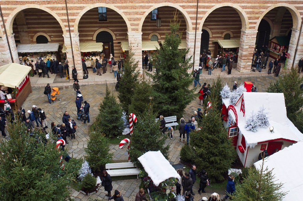 Stock Photo: 3153-872001 christmas market, verona, italy