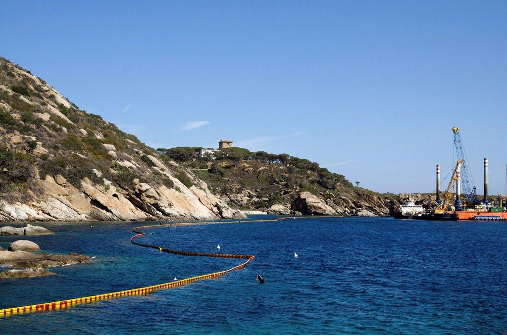 Stock Photo: 3153-875511 barriere antinquinamento dopo il naufragio della costa concordia il 13 gennaio 2012 all'isola del giglio, costa concordia