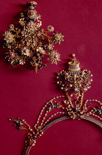 Stock Photo: 3815-395722 Necklace and Brooch, circa 17th century, UK, London, London Museum