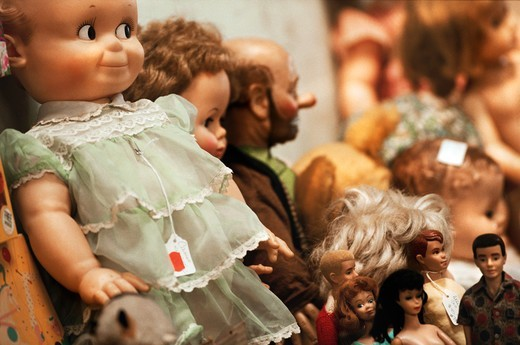 Stock Photo: 4009-919 Collection of vintage dolls, Barbie dolls and a clown doll in a store window