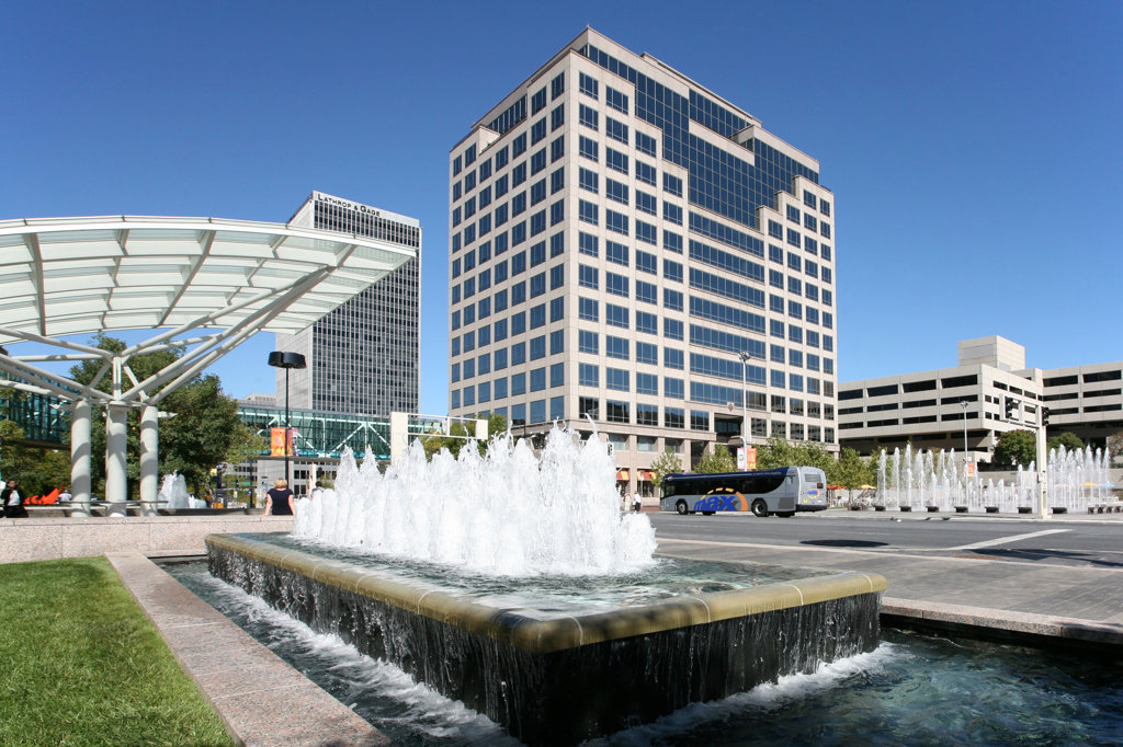 Fountains along Grand Avenue in the Crown Center area of Kansas City, Missouri, USA : Stock Photo