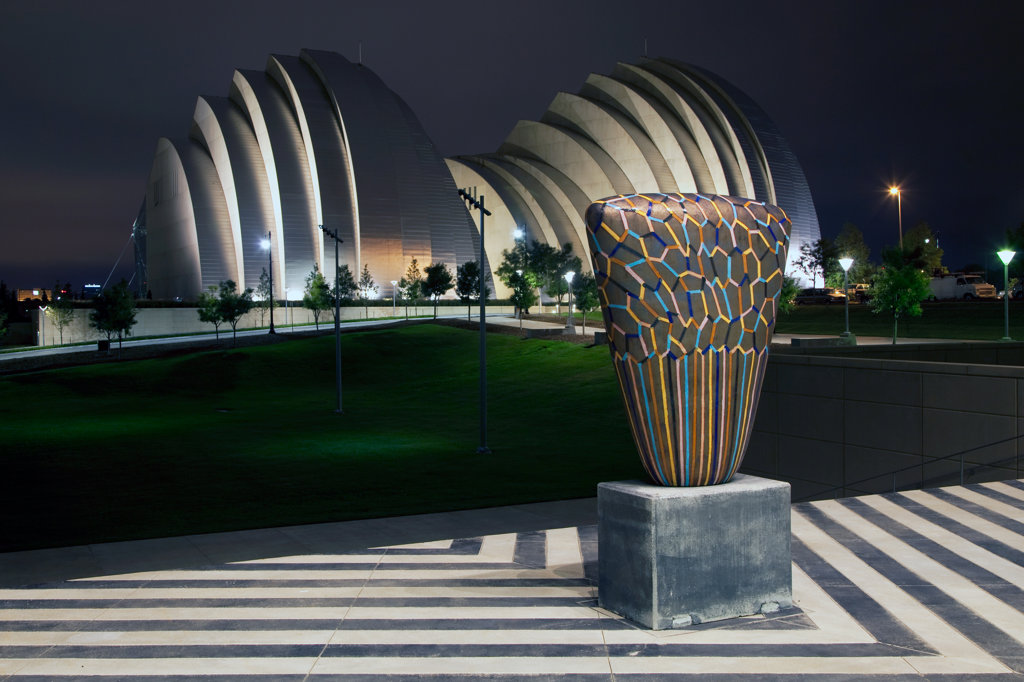 The Kauffman Center for the Performing Arts behind a sculpture at the Bartle Hall Convention Center in downtown Kansas City, Missouri, USA : Stock Photo