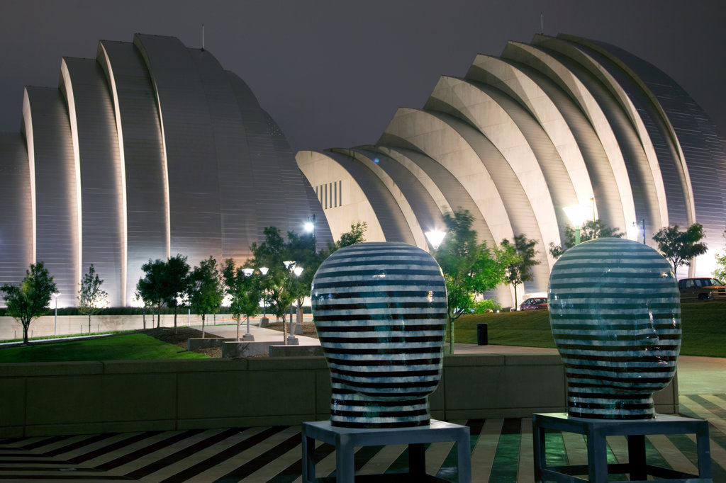 The Kauffman Center for the Performing Arts behind sculptures at the Bartle Hall Convention Center in downtown Kansas City, Missouri, USA : Stock Photo