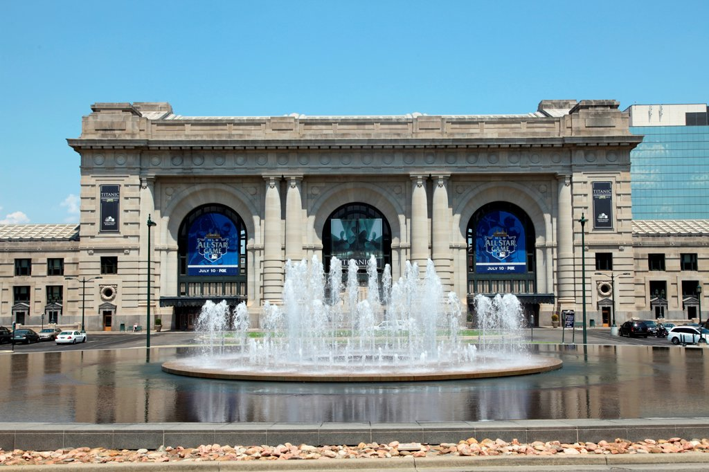 Stock Photo: 4017-3742 USA, Missouri, Kansas City, Union Station and Bloch Fountain