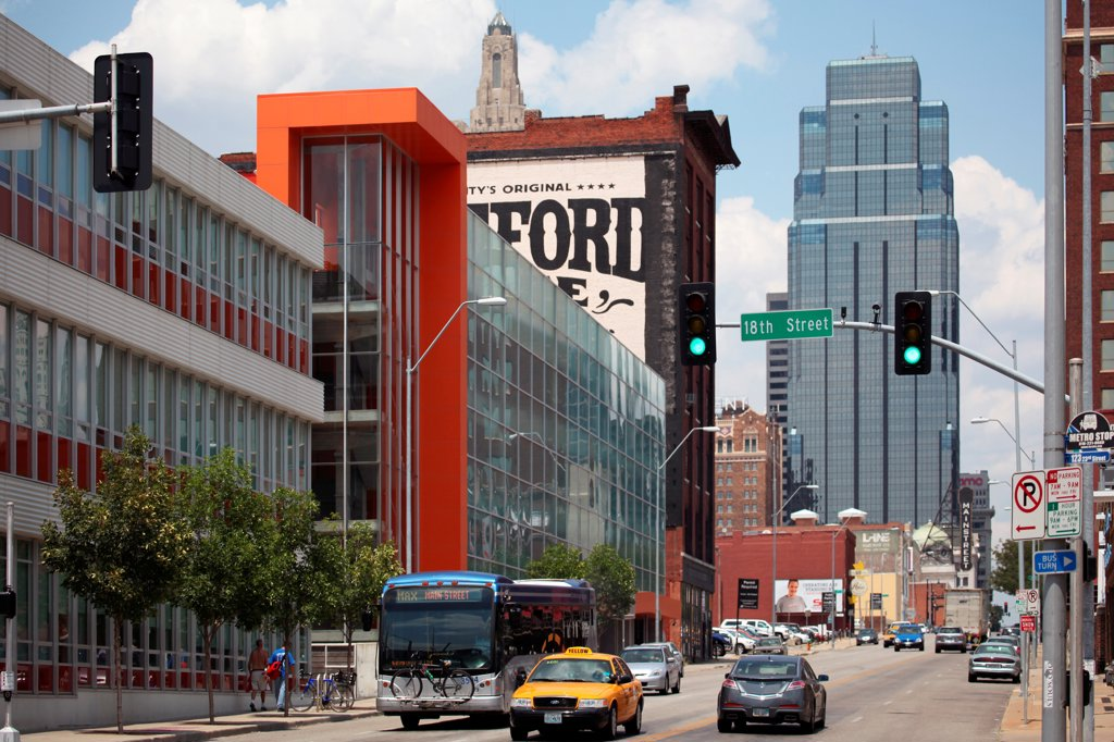 USA, Missouri, Kansas City, Main Street in Crossroads District : Stock Photo