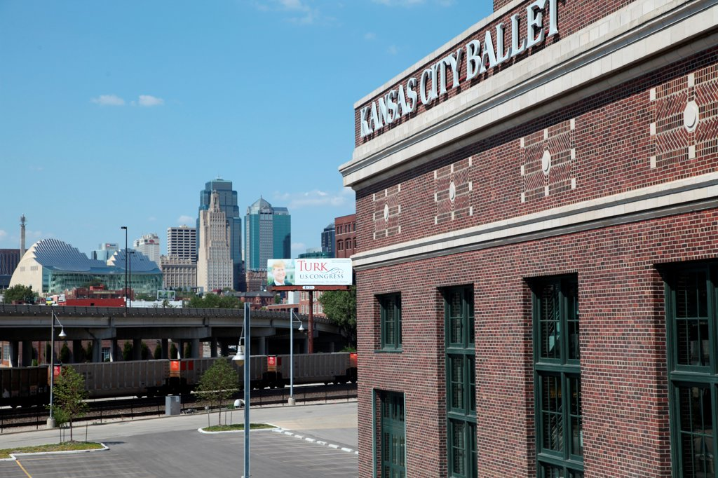 Stock Photo: 4017-3780 USA, Missouri, Kansas City, Kansas City Ballet building near Union Station