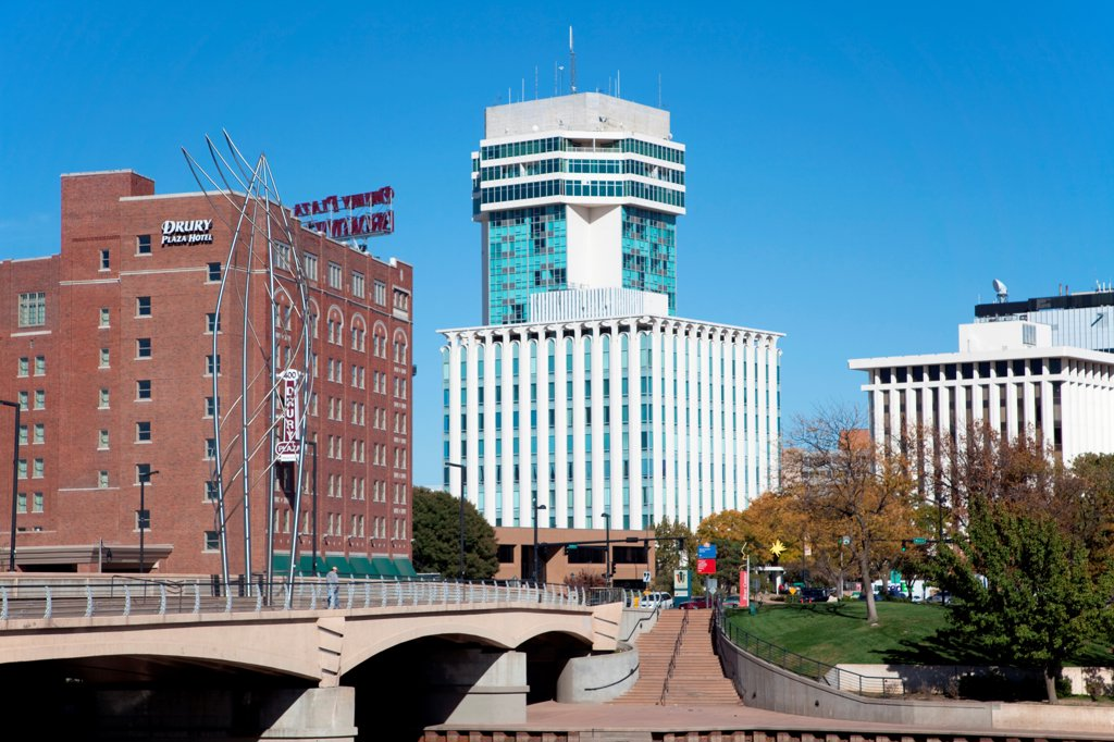Stock Photo: 4017-3832 USA, Kansas, Wichita, 250 Douglas Place and Drury Hotel near Douglas Ave Bridge