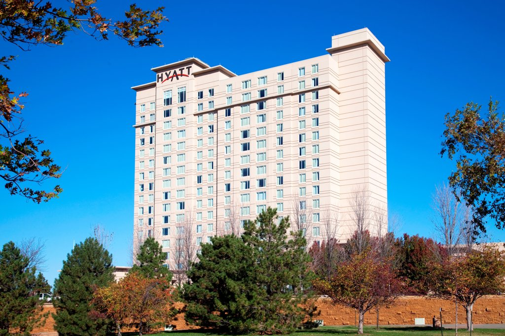 Stock Photo: 4017-3841 USA, Kansas, Wichita, Hotel framed with fall colored trees