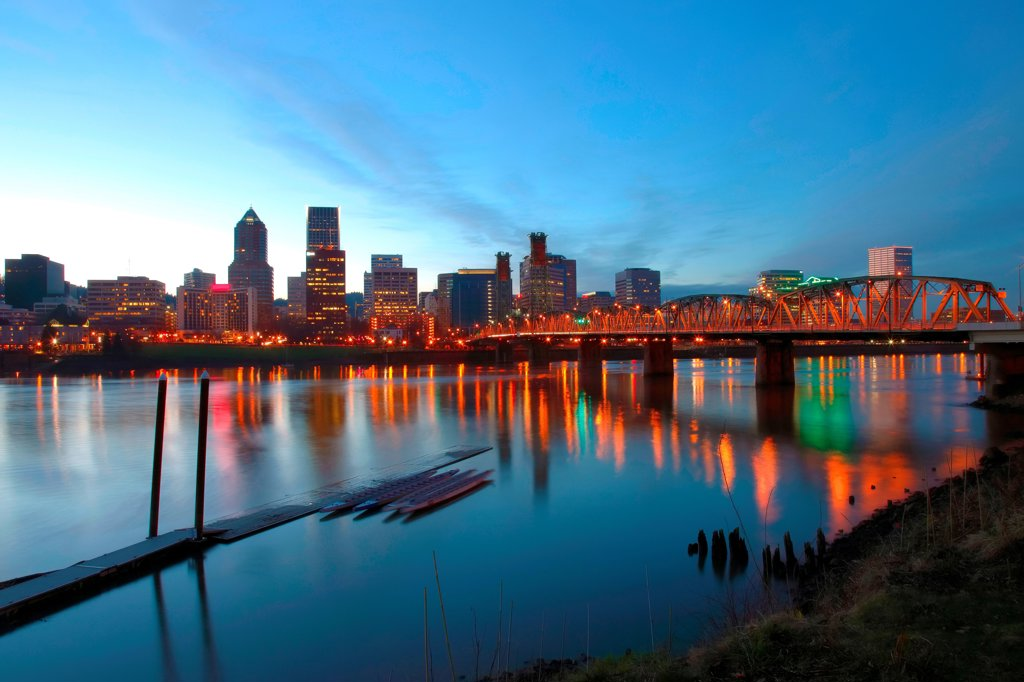 Hawthorne Birdge over the Willamette River at dusk in Downtown Portland in the Pacific Northwest : Stock Photo