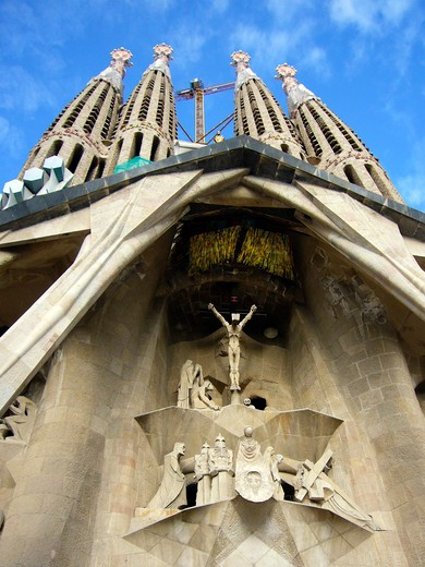 Barcelona, Catalonia, Spain, statues and stonework of  the Passion Facade of  the Temple of Sagrada Familia, by architect Josep Maria Subirachs.  The calvery and Crucifixion of Jesus Christ : Stock Photo