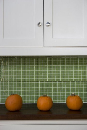 Row of orange Hallowe en pumpkins on a kitchen counter : Stock Photo