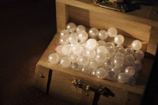 Pearls in a wooden box : Stock Photo