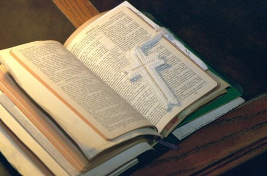 Stock Photo: 4029R-283030 Open bible with cross bookmark