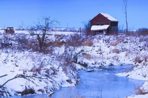 Abandoned shack near frozen winter creek : Stock Photo