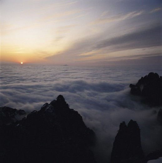 Sea of clouds and peaks at dusk, Yellow Mountains, Anhwei : Stock Photo