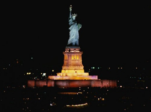 This is the Statue of Liberty lit up at night : Stock Photo