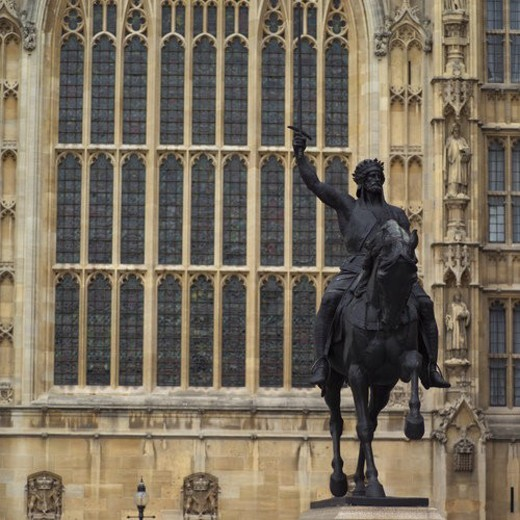 Edifice of an ancient historical building with a statue in front in London, England : Stock Photo