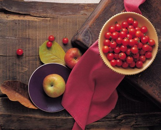 Stock Photo: 4029R-64833 tree, tomato, bowl, leaf, apple, desk, cloth