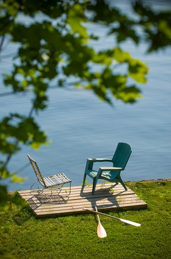 Two chairs and oars at the lakeside, Ithaca, New York State, USA : Stock Photo