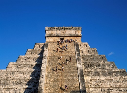 Chichen Itza Ruins El Castillo dyed the setting sun World Heritage Chichen Itza Mexico People Blue sky Mason : Stock Photo