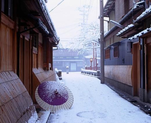 Tatsumi Bridge, Snow Gion Higashiyama Kyoto Kyoto Japan Row of houses Snow White Umbrella : Stock Photo