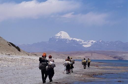 Stock Photo: 4034-96680 Kailas Mountain, Lake, Pilgrim, Tibet Autonomous Region, China