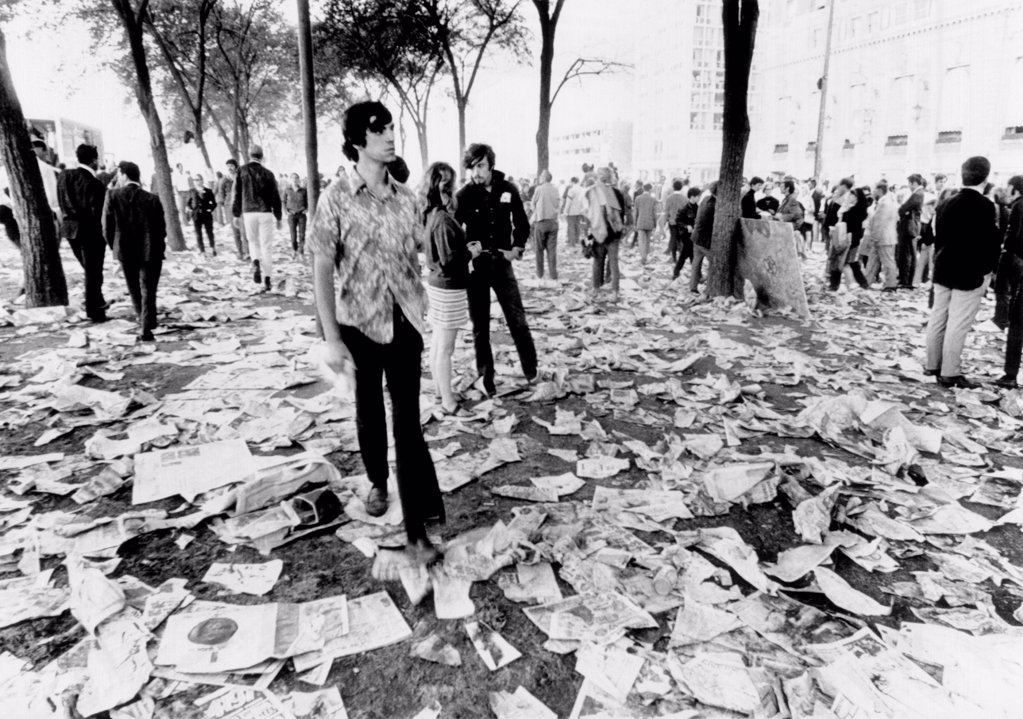 Stock Photo: 4048-10094 Chicago's Grant Park is littered with the debris. The hippies and yippies who battled police and national guardsmen for four days during the Democratic National Convention have left for home or are in Chicago's jail. Aug. 30, 1968.