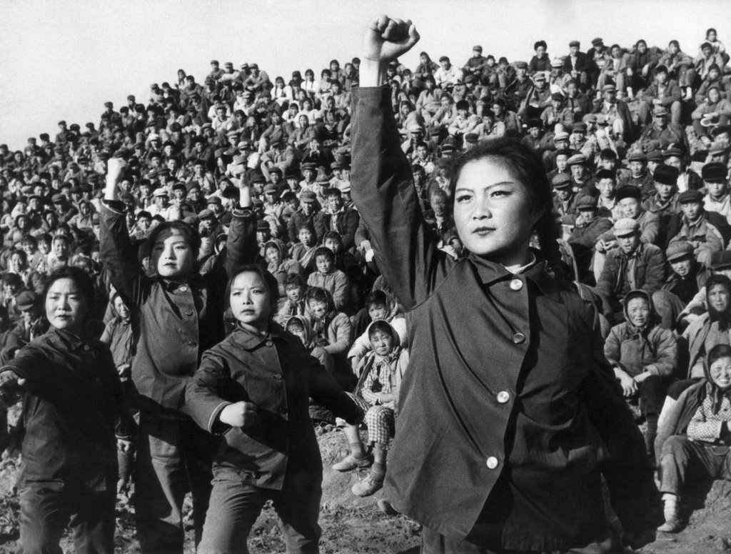 An amateur art troupe of the Hsiangyang Commune in China's Kiangsu Province perform a 'ballad' to criticize Confucius, 1974 : Stock Photo