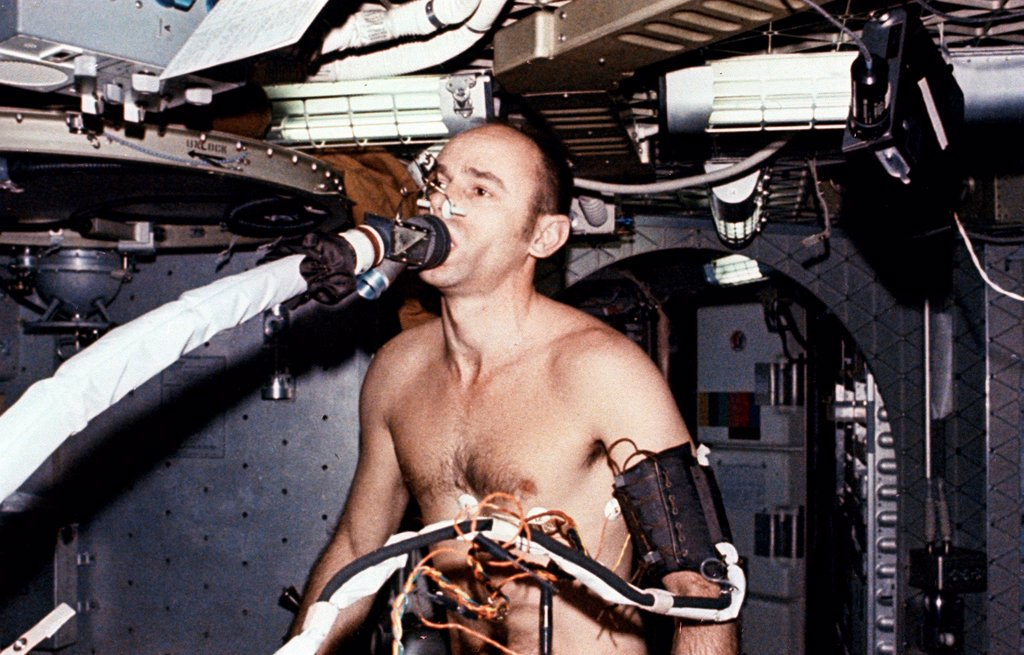 Skylab 3 Astronaut Allen Bean on the ergometer, breathing into the metabolic analyzer. The experiment obtained information on astronauts' physiological condition in zero gravity. July 28 to Sept. 25, 1973. : Stock Photo