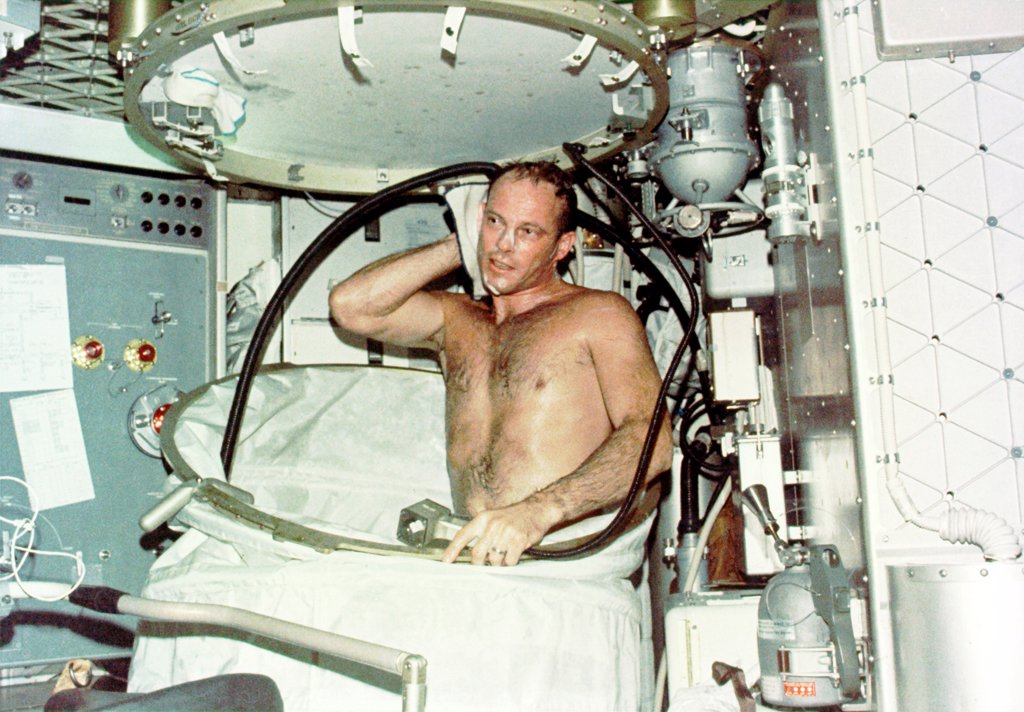 Astronaut Jack R. Lousma, taking a hot bath in the crew quarters aboard Skylab. The Skylab 3 crew conducted medical, scientific, and technological experiments during their 59 day mission from July 28 to Sept. 25, 1973. : Stock Photo