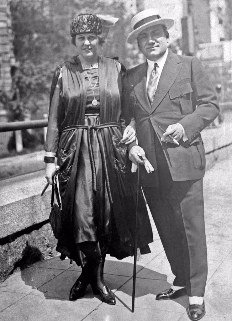 Enrico Caruso and his wife, Dorothy Park Benjamin, take a walk on Fifth Avenue in New York, 1918 : Stock Photo