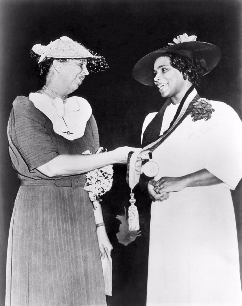 Eleanor Roosevelt gives singer Marian Anderson the Springarn Medal, an NAACP award for outstanding achievement by a black American, 1939 : Stock Photo