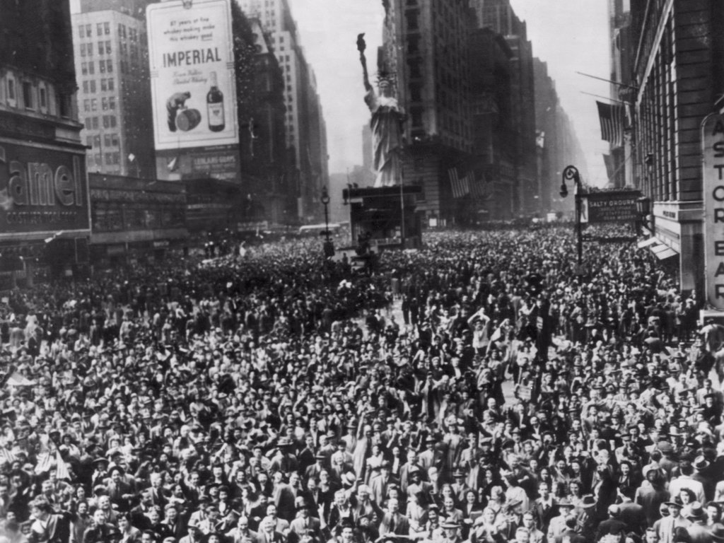 Crowds in Times Square, New York celebrating the end of World War II, 1945. : Stock Photo