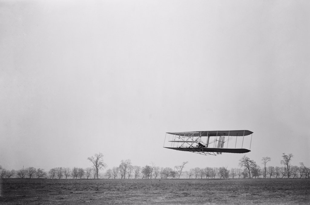 Orville Wright 1871-1948 in flight over treetops covering a distance of approximately 1 760 feet in 40 1/5 seconds at Huffman Prairie Dayton Ohio. November 16 1904. LC-DIG-ppprs-00616 : Stock Photo