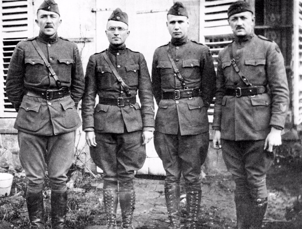 Captain Harry Truman (2nd from left) commanded Battery D, 129th Field Artillery, 60th Brigade, 35th Infantry Division in World War I. The war brought out Truman's leadership qualities, and prepared him for his political career in Missouri. Ca. 1918. : Stock Photo