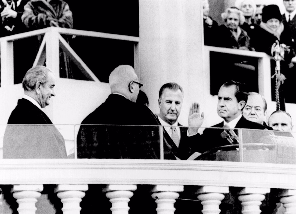 Inauguration of Richard Nixon. L-R: Outgoing Pres. Lyndon Johnson, Chief Justice Earl Warren, Vice Pres. Spiro Agnew, Nixon, outgoing Vice Pres. Humphrey, and Senate Majority leader Mike Mansfield. Jan. 20, 1969. : Stock Photo