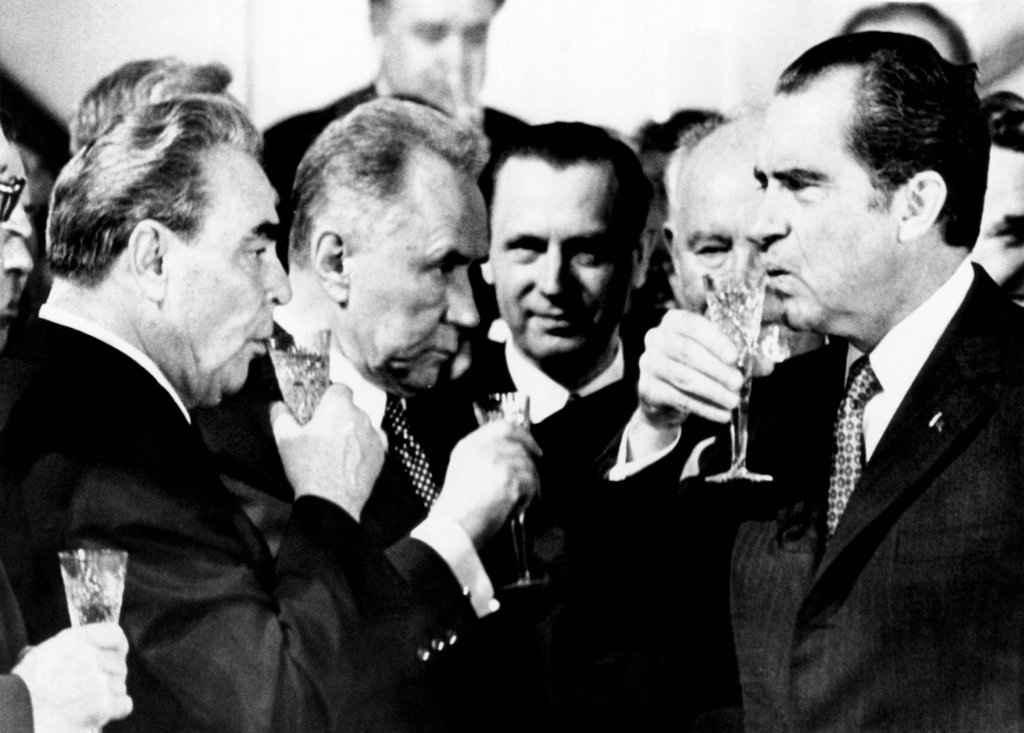 Toast to arms limitation treaty. L-R: Soviet leaders, Leonid Brezhnev, Alexei Kosygin, and President Richard Nixon joins in a toast to the historic treaty to halt the arms race. Moscow, May 26, 1972. : Stock Photo