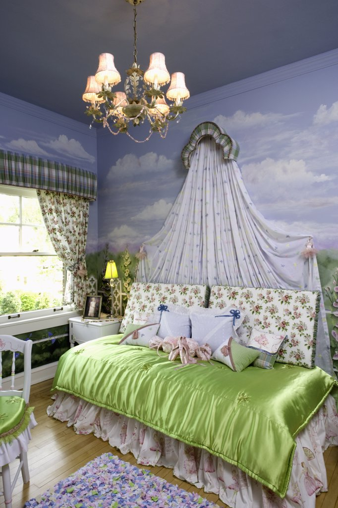CHILDREN'S BEDROOMS; Little girls room, mural of clouds, chandelier, bed crown, lime green satin bed coverlet, ballerina theme, Oak Park  Infant  Welfare show house 2007 : Stock Photo