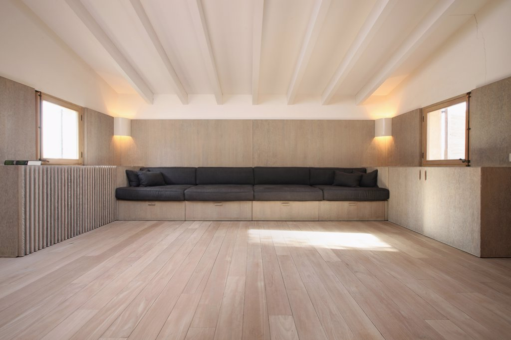 Empty room with wall length bench : Stock Photo