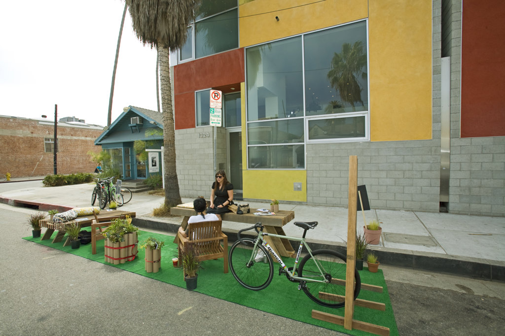 Dex Design Studio participates at the third annual Park[ing] Day LA, was held on Friday, September 18th. To highlight the lack of park space in urban areas, community groups, design & architecture firms, professional organizations, non-profits, cyclists & pedestrian advocates all work together create a park for the day by occupying a parking space. Abbot Kinney Blvd, Venice, Los Angles, California, USA : Stock Photo