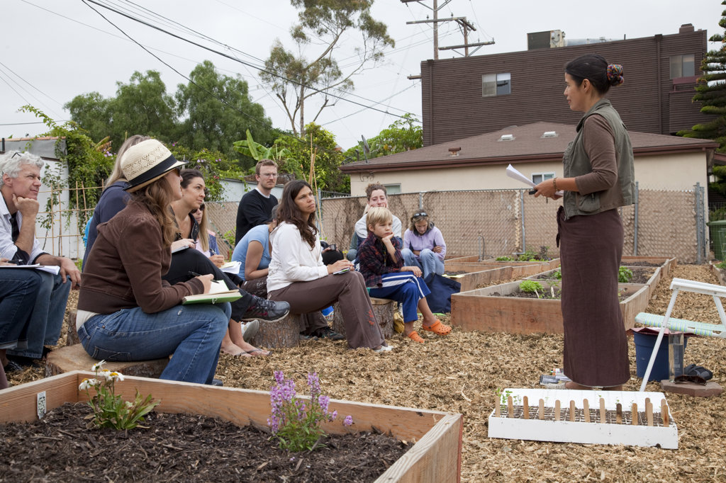 Norma Bonilla leads a workshop at the Venice Community Garden on Saturday August 28, 2010 . The Venice Garden broke ground in April, 2010. Soil tests revealed high levels of arsenic and lead because of previous uses which included a railroad line going through the lot. Steps were taken which included adding protective layers and adding new soil. Planting began in August and the first harvest was in October, 2010. Venice, California, USA : Stock Photo