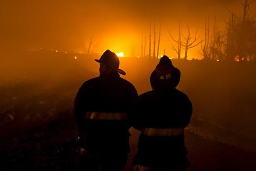 Firefighters at San Bruno, California gas main explosion near San Francisco : Stock Photo