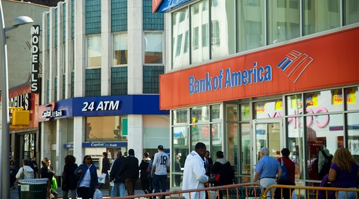 Capital One and Bank of America branches across the street from each other in Downtown Brooklyn in New York on Thursday, October 7, 2010. (© Richard B. Levine) : Stock Photo
