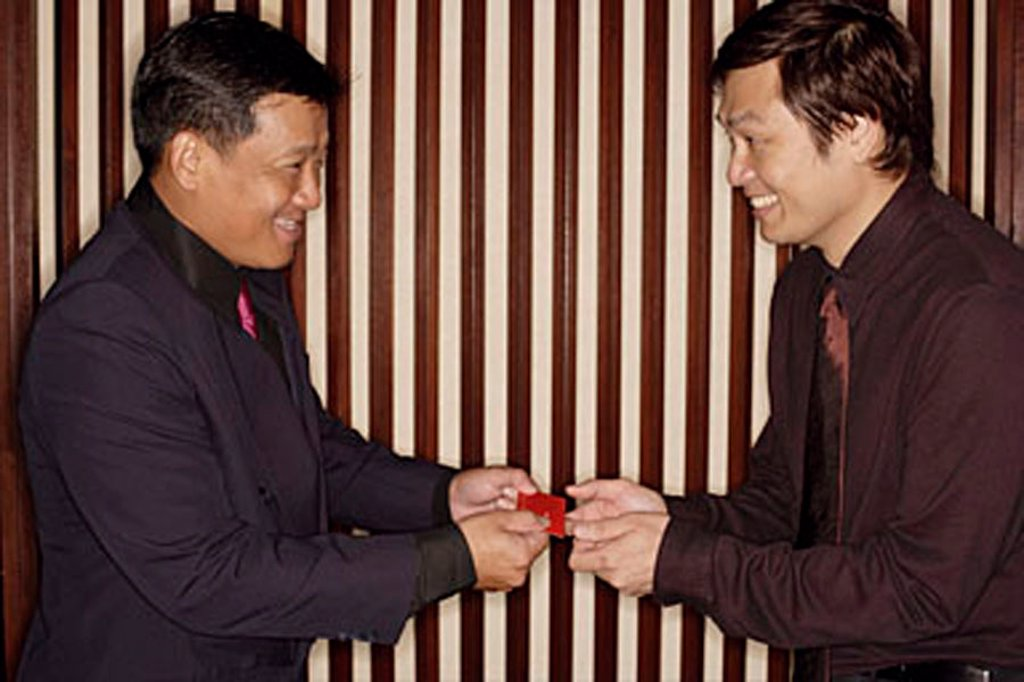 Two men exchanging business cards : Stock Photo